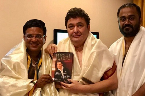 rishi-kapoor-with-his-book
