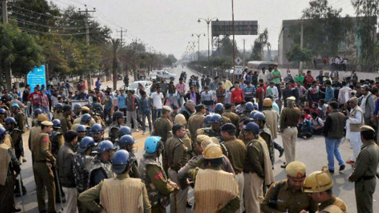People-protesting-against-Pakistan