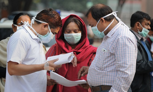 People with masks due to swine flu