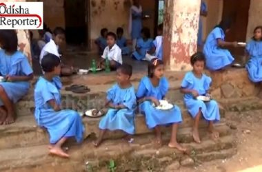 Students-eating-mid-day-meal