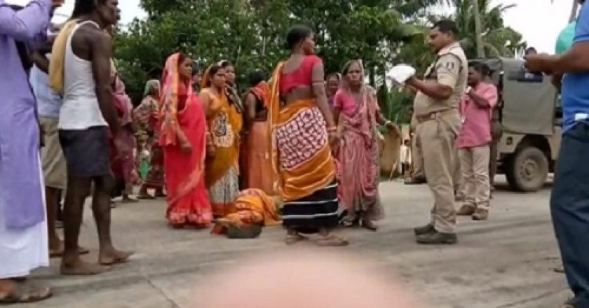 Woman-thrashed-by-women