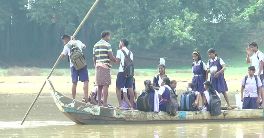 Students-rowing-boat-to-reach-school