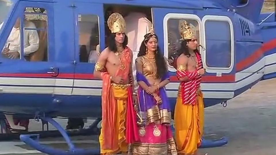 Ramleela-artists-arrive-in-chopper