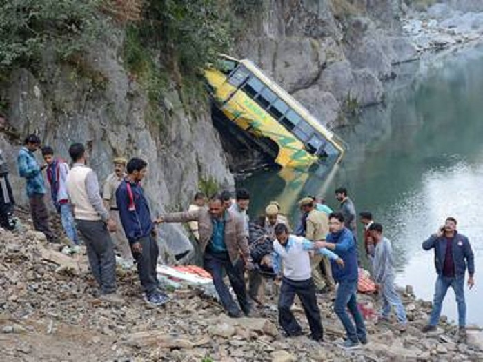 Mandi: Rescue operation in progress after a bus fell into Beas river on Delhi-Manali national highway near Mandi on Saturday. PTI Photo (PTI11_5_2016_000144B)